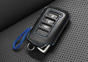 stylische Schlüsselhülle aus schwarzem Kunstleder mit Ziernaht und blauer Stoffkordel